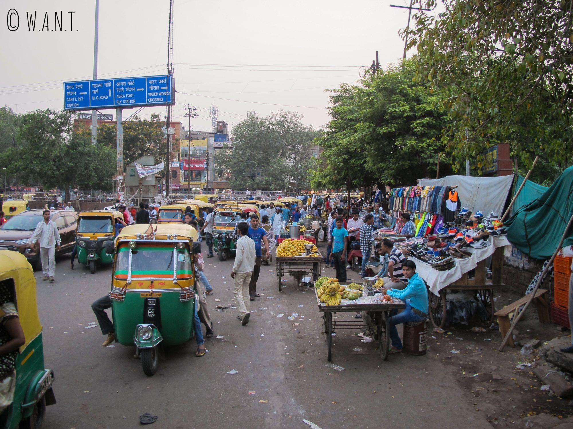 Rue bondée d'Agra aux abords de son fort