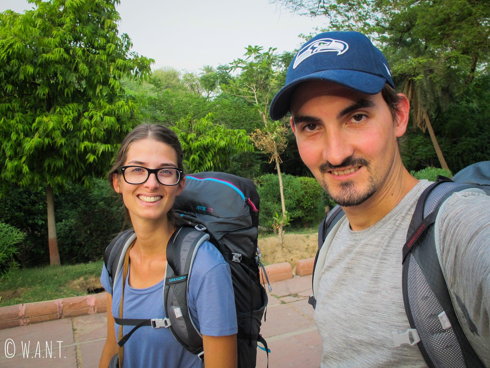 Sacs à dos sur le dos, en route pour la gare d'Agra Fort