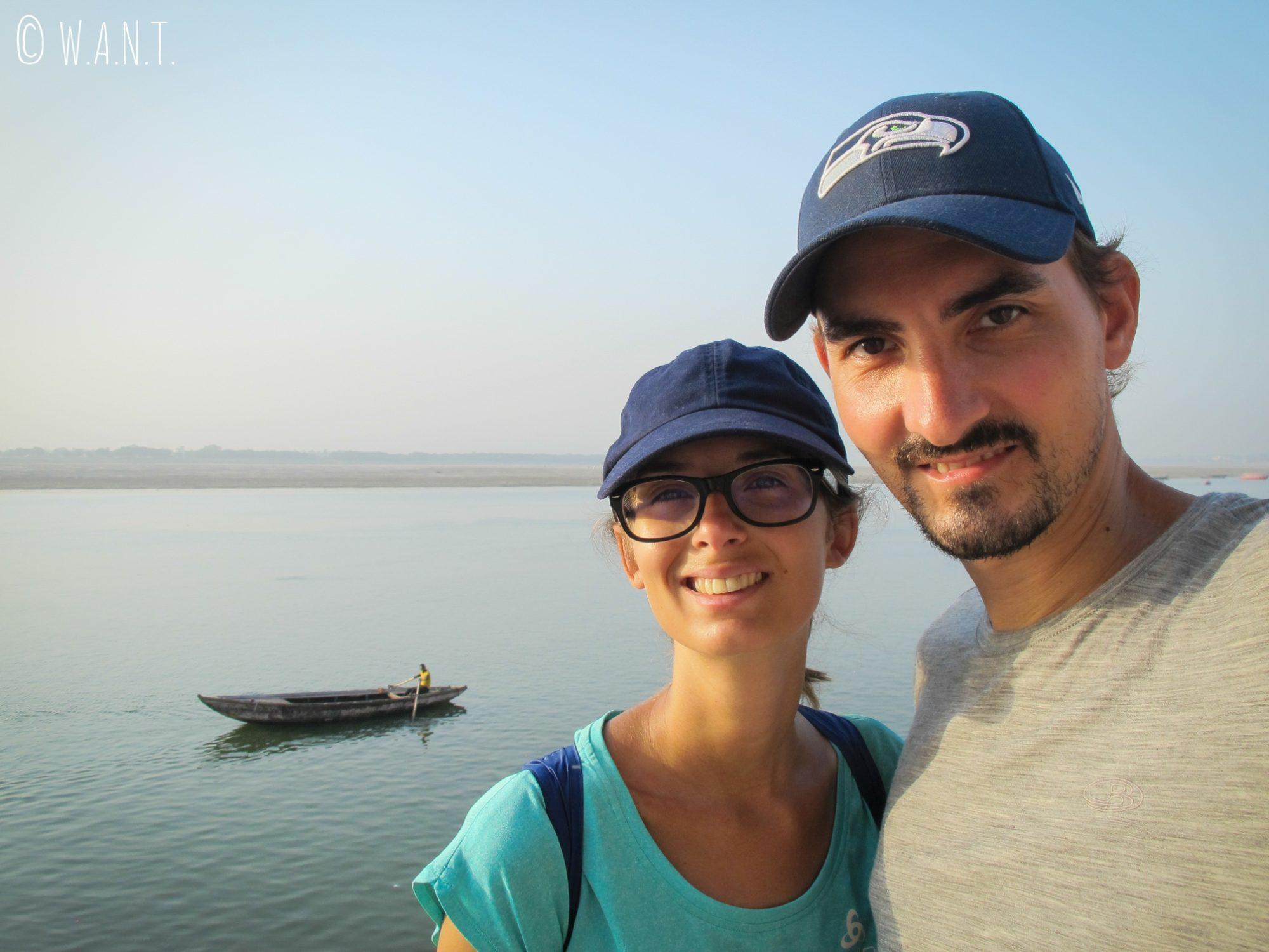 Selfie devant le Gange et une barque de pêcheur