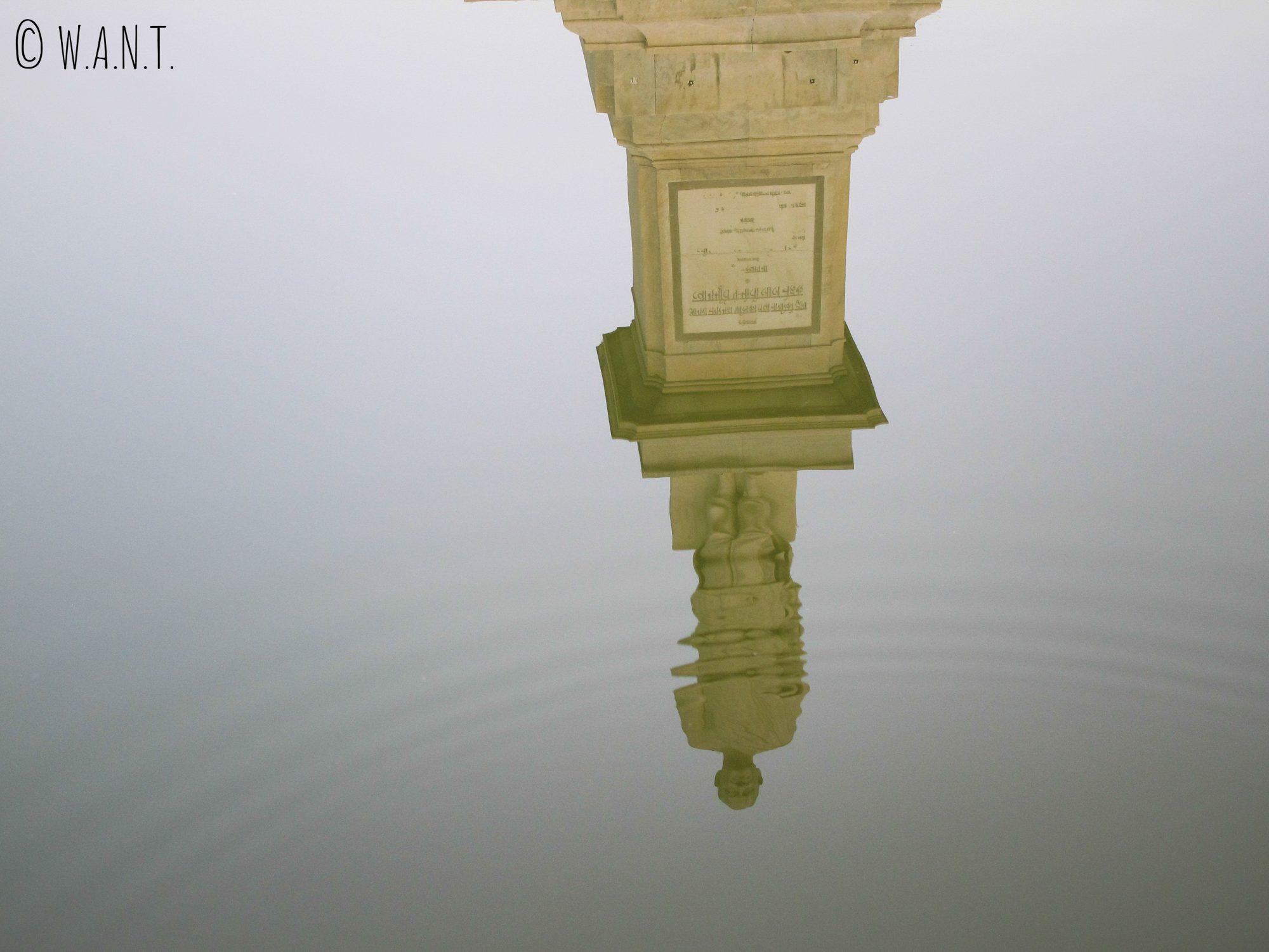Statue du mémorial de Shahjahan Park se réverbérant dans l'eau du bassin