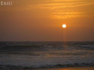 Superbes couleurs lors du coucher de soleil depuis la plage de Majorda dans le sud de Goa