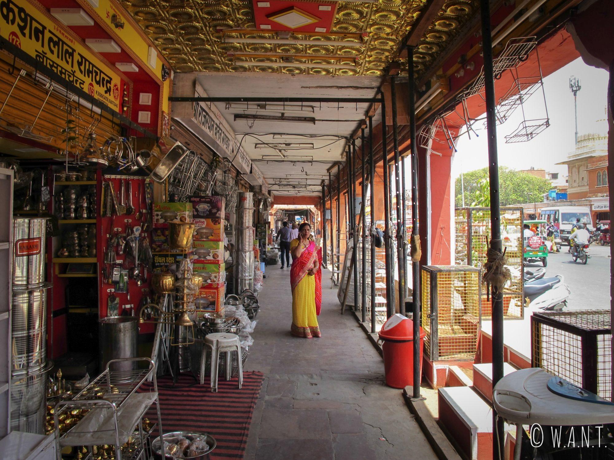 Sur Tripolia Bazar, les échoppes sont alignées le long des arcades couvertes