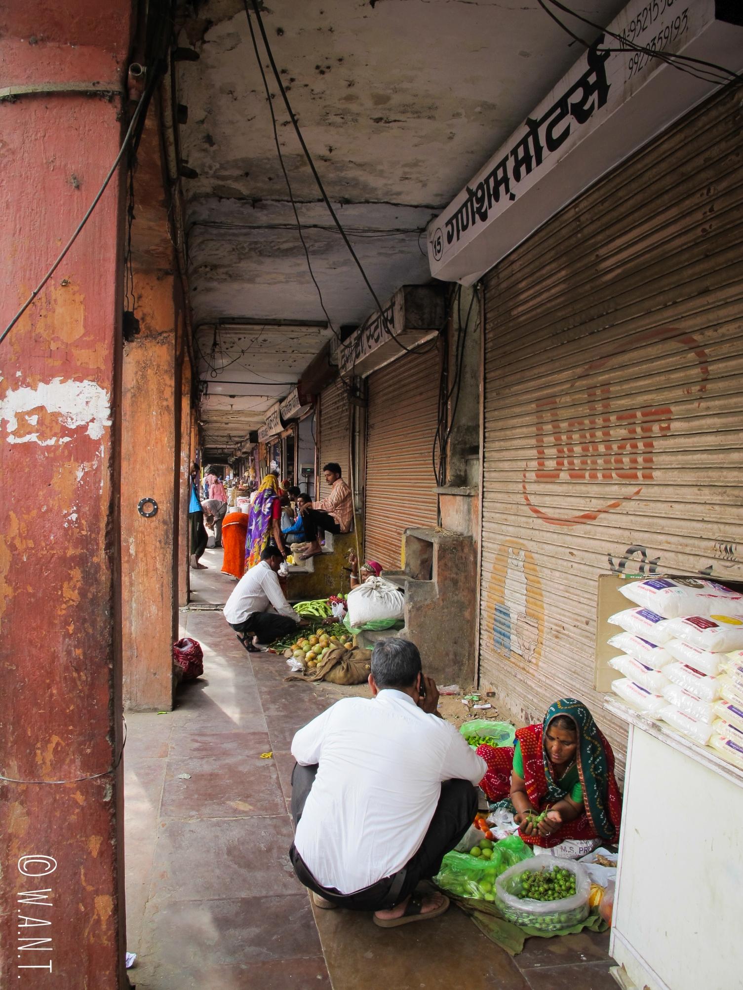 Sur Tripolia Bazar, les femmes installent leurs étals de fruits et légumes à même le sol