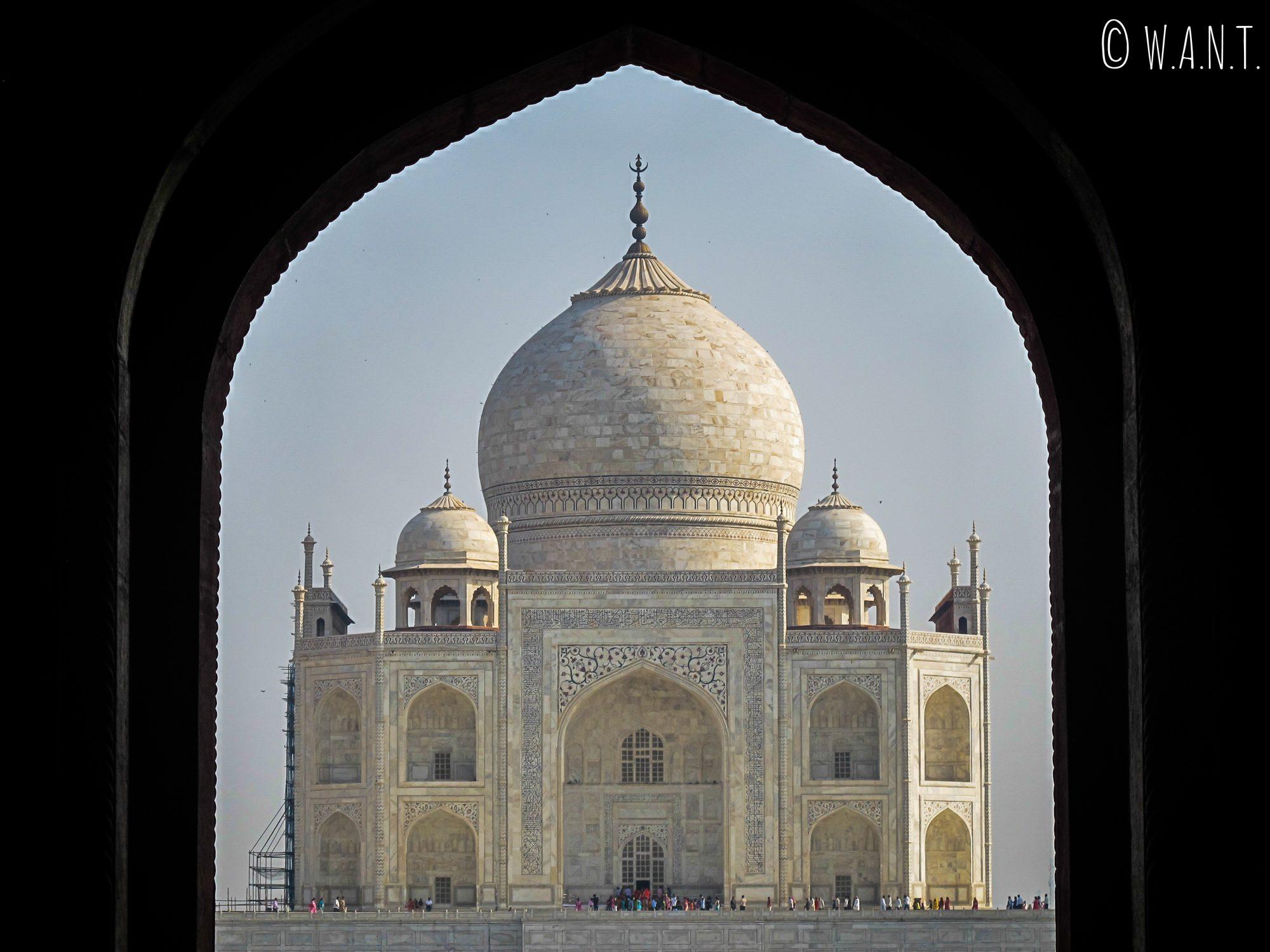 Taj Mahal pris en photo depuis la porte d'entrée principale du site