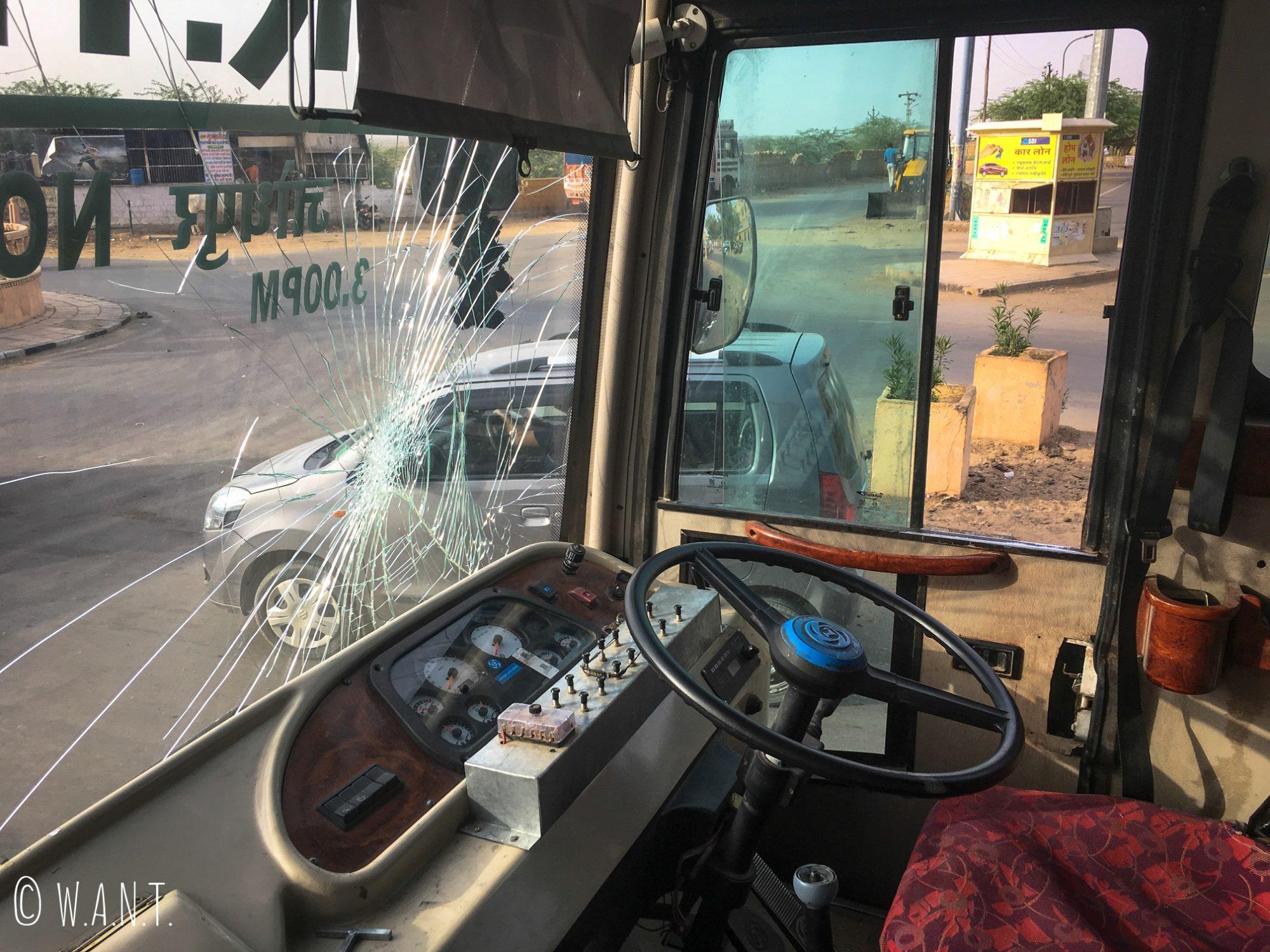 Un éclat sur le pare-brise de notre bus qui ne semble pas gêner le chauffeur. Mais que fait Cyril de Carglass...