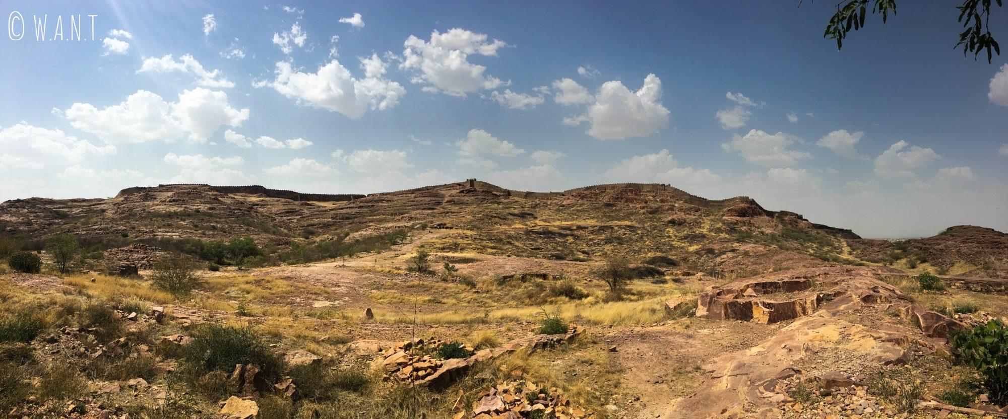Une muraille entoure la ville de Jodhpur dans un paysage aride derrière le fort