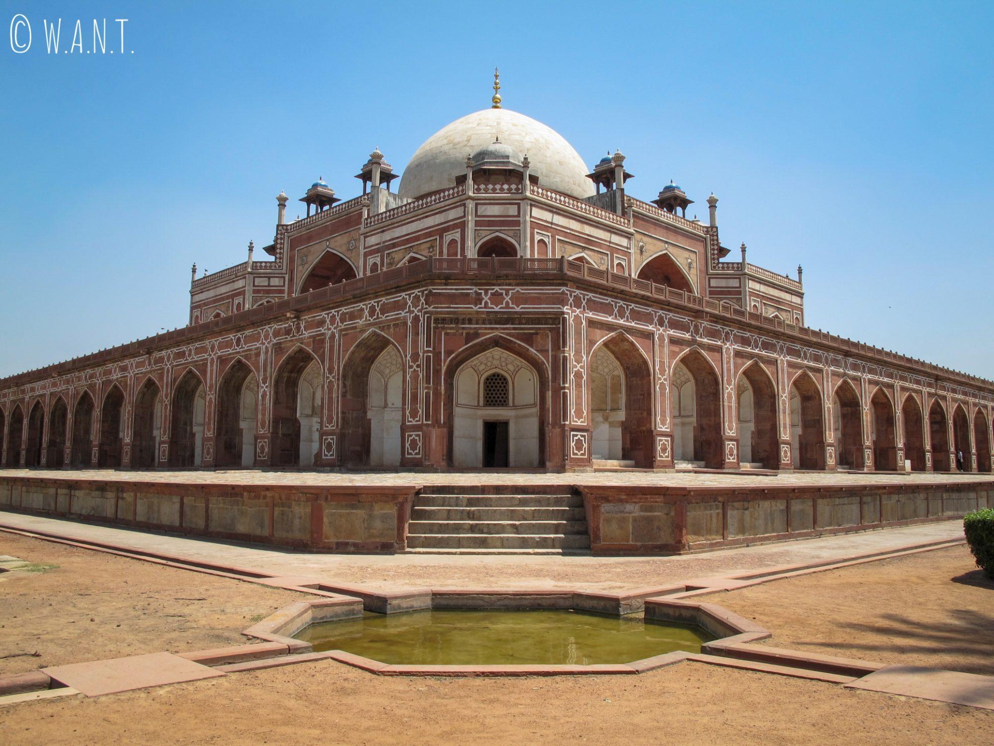 Vue d'angle de la tombe de Humayun