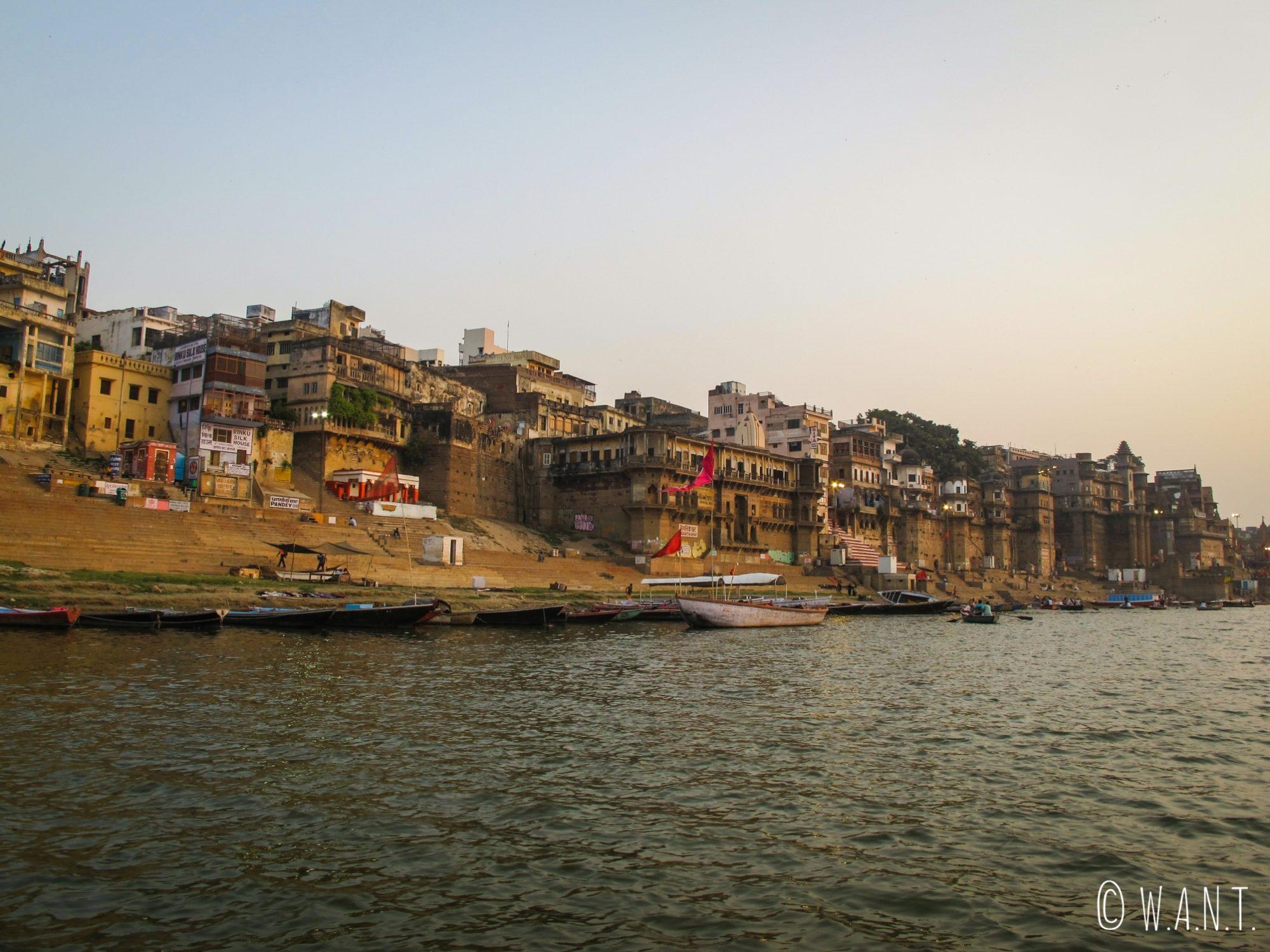 Vue depuis le Gange des ghats de Varanasi