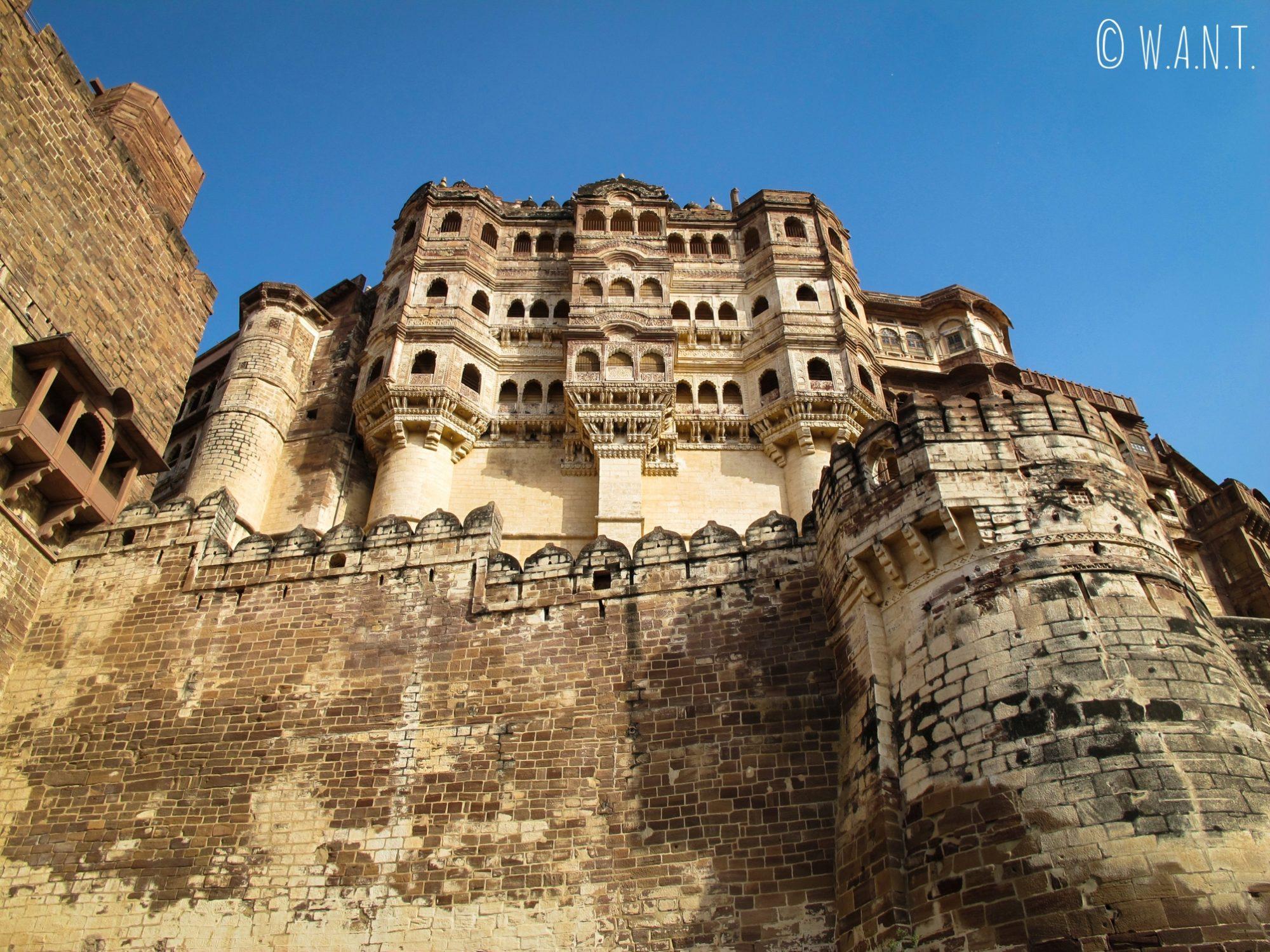 Vue en contreplongée de l'intérieur du fort de Mehrangarh