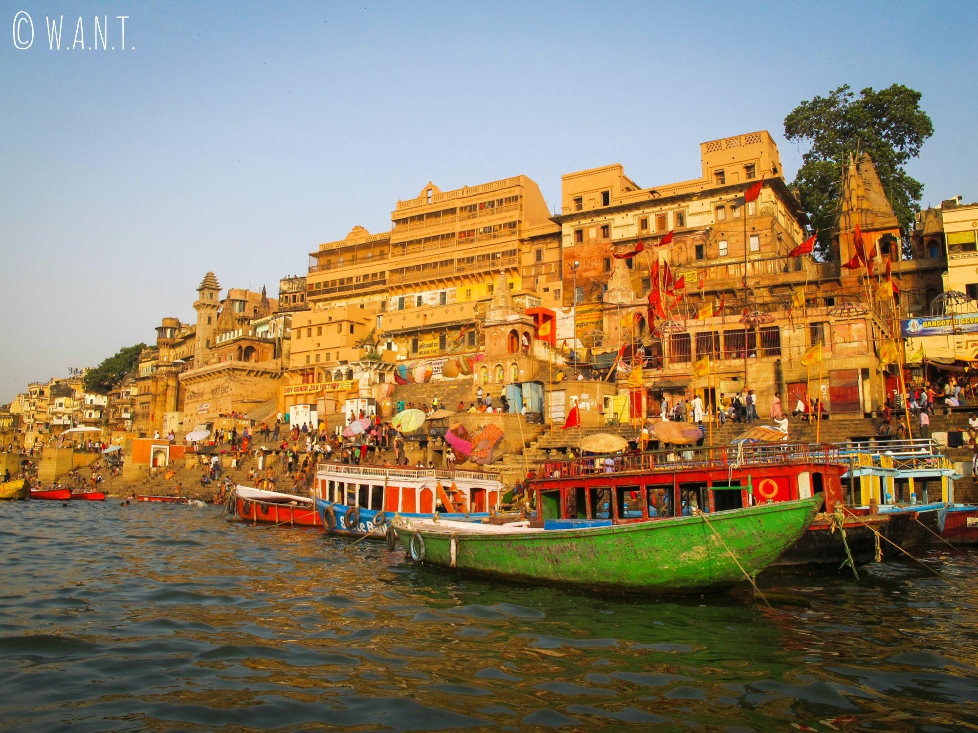 Vue matinale sur les ghats de Varanasi depuis le Gange