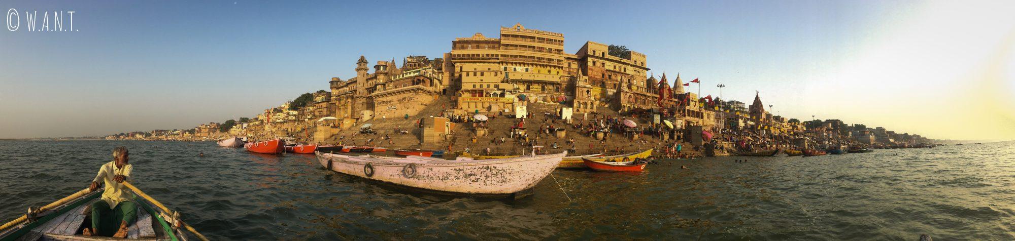 Vue panoramique des ghats de Varanasi lors de notre promenade matinale sur le Gange