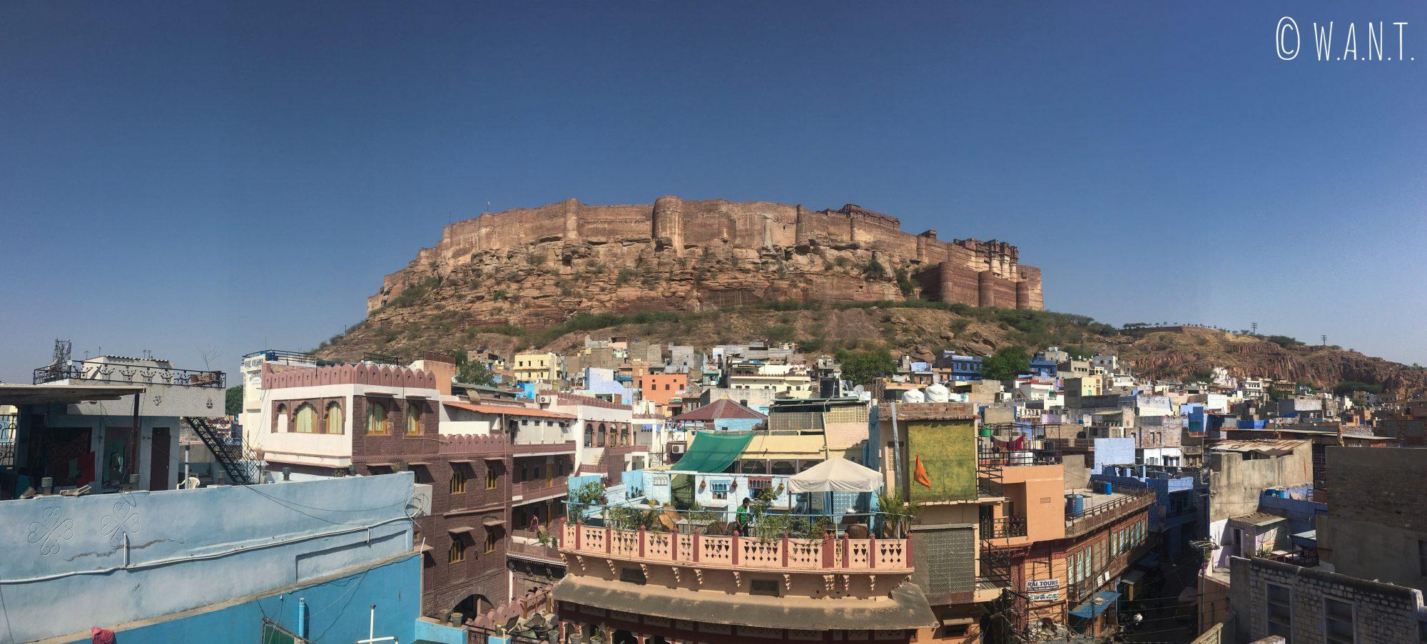 Vue sur le fort de Mehrangarh de Jodhpur depuis le rooftop de notre hôtel