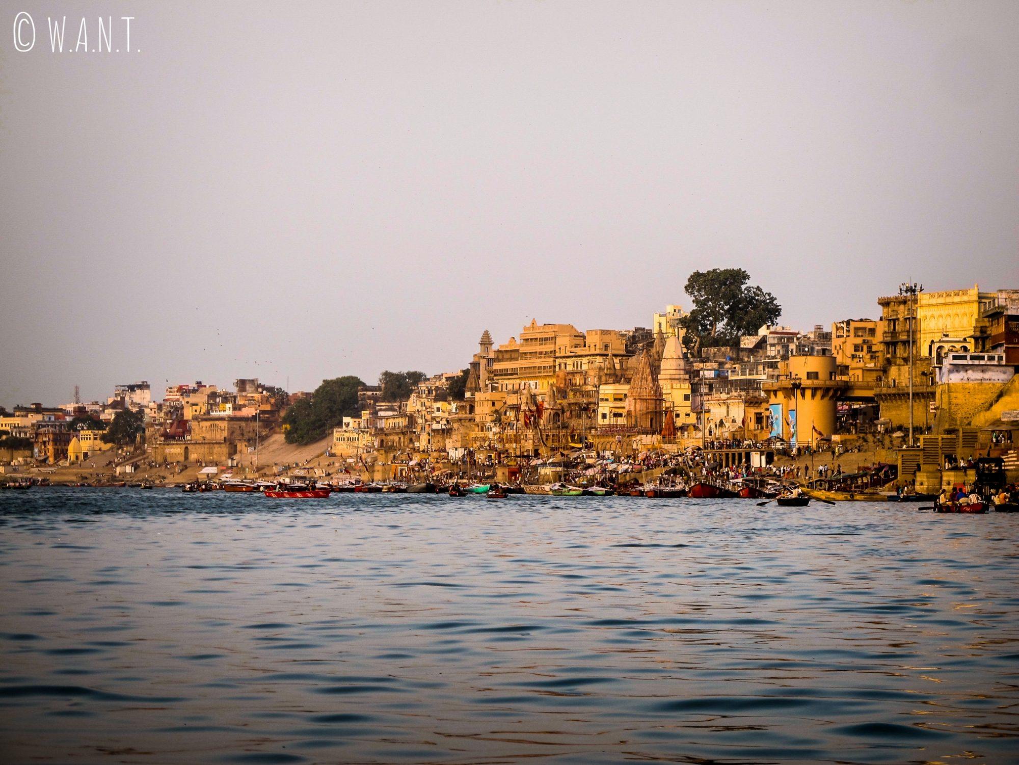Vue sur les ghats de Varanasi depuis le Gange
