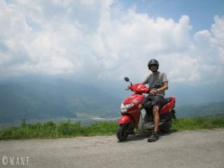 Benjamin a réussi à adopter la conduite népalaise avec Arjun, notre scooter de location