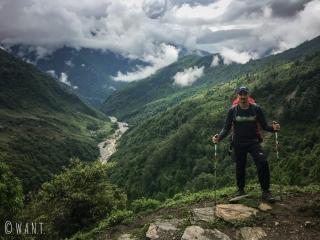 Benjamin dans la descente de Tadapani à Chhomrong