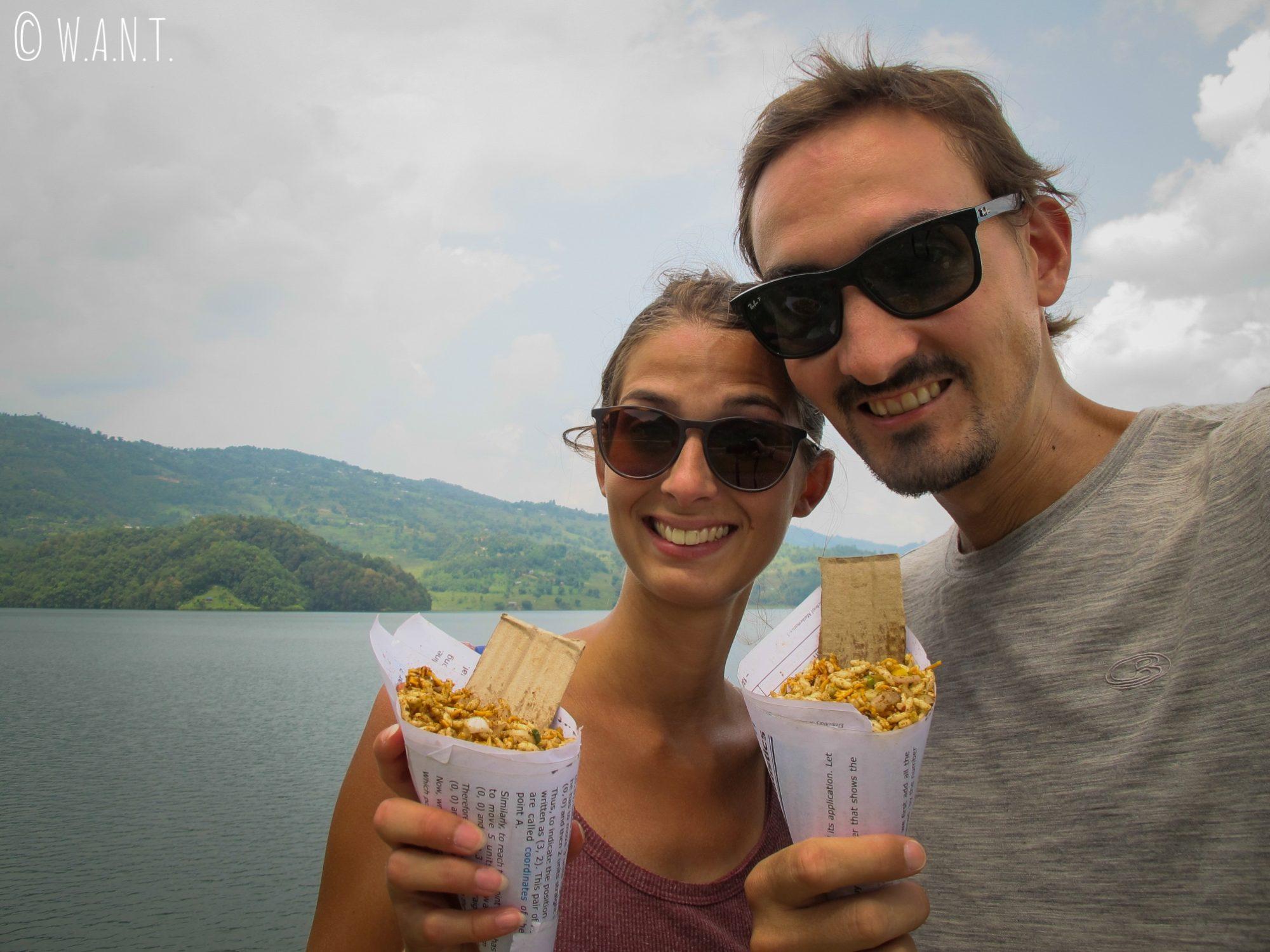 Dégustation de snacks népalais au bord du Begnas Lake