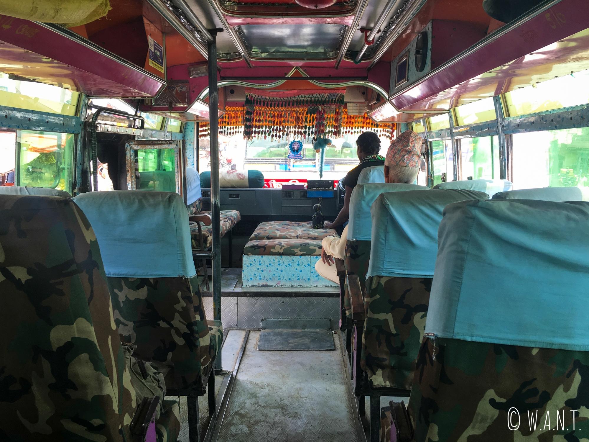 Dans le bus au revêtement Camo nous menant à Lumbini