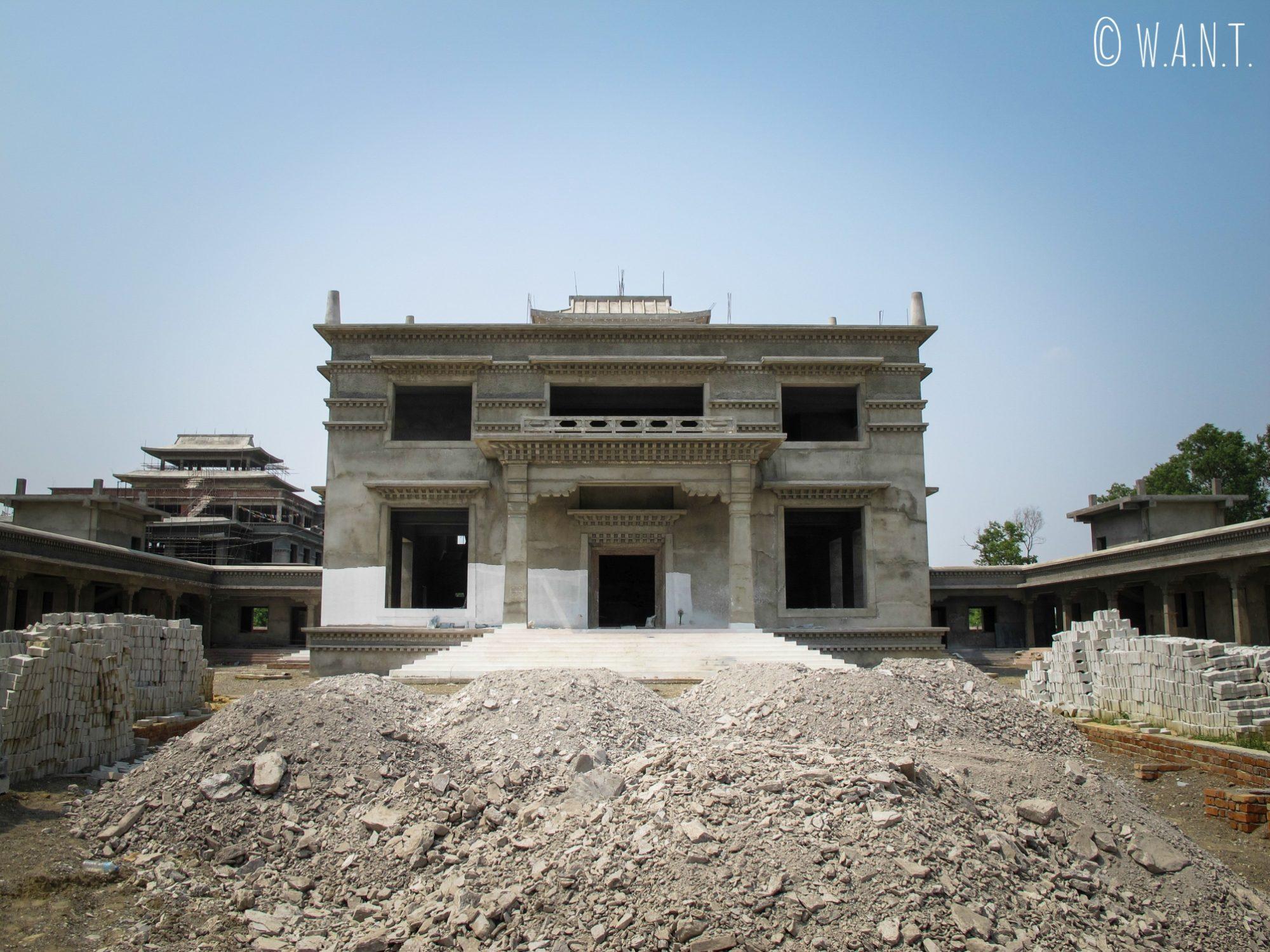 De nombreux temples sont en cours de construction dans les jardins de Lumbini