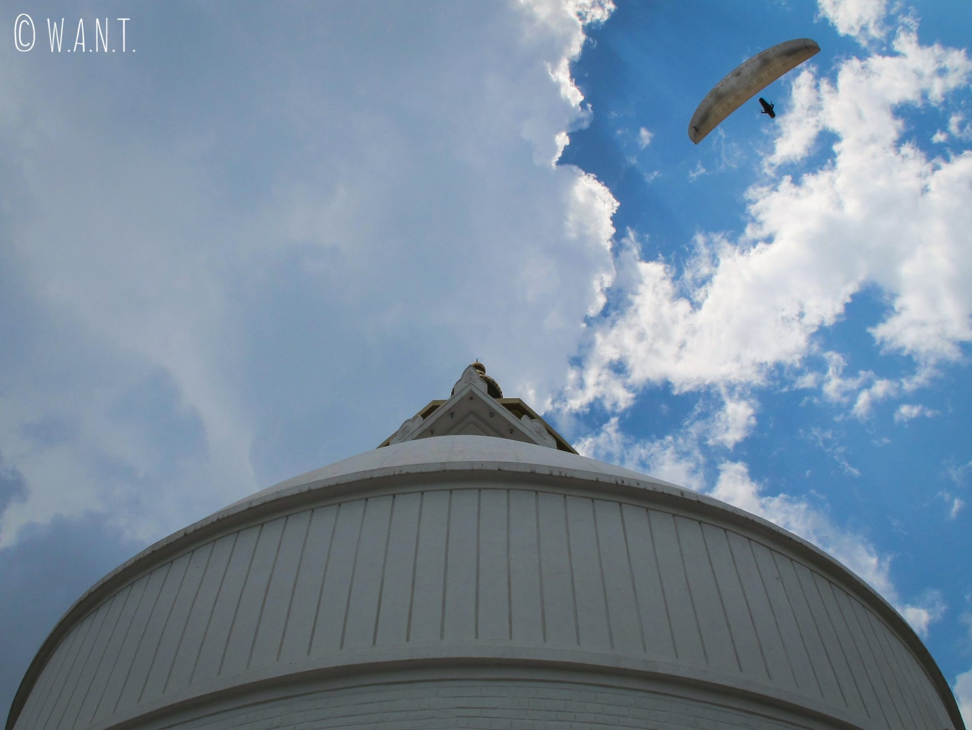 En parapente, il est possible de survoler le stupa de la World Peace Pagoda