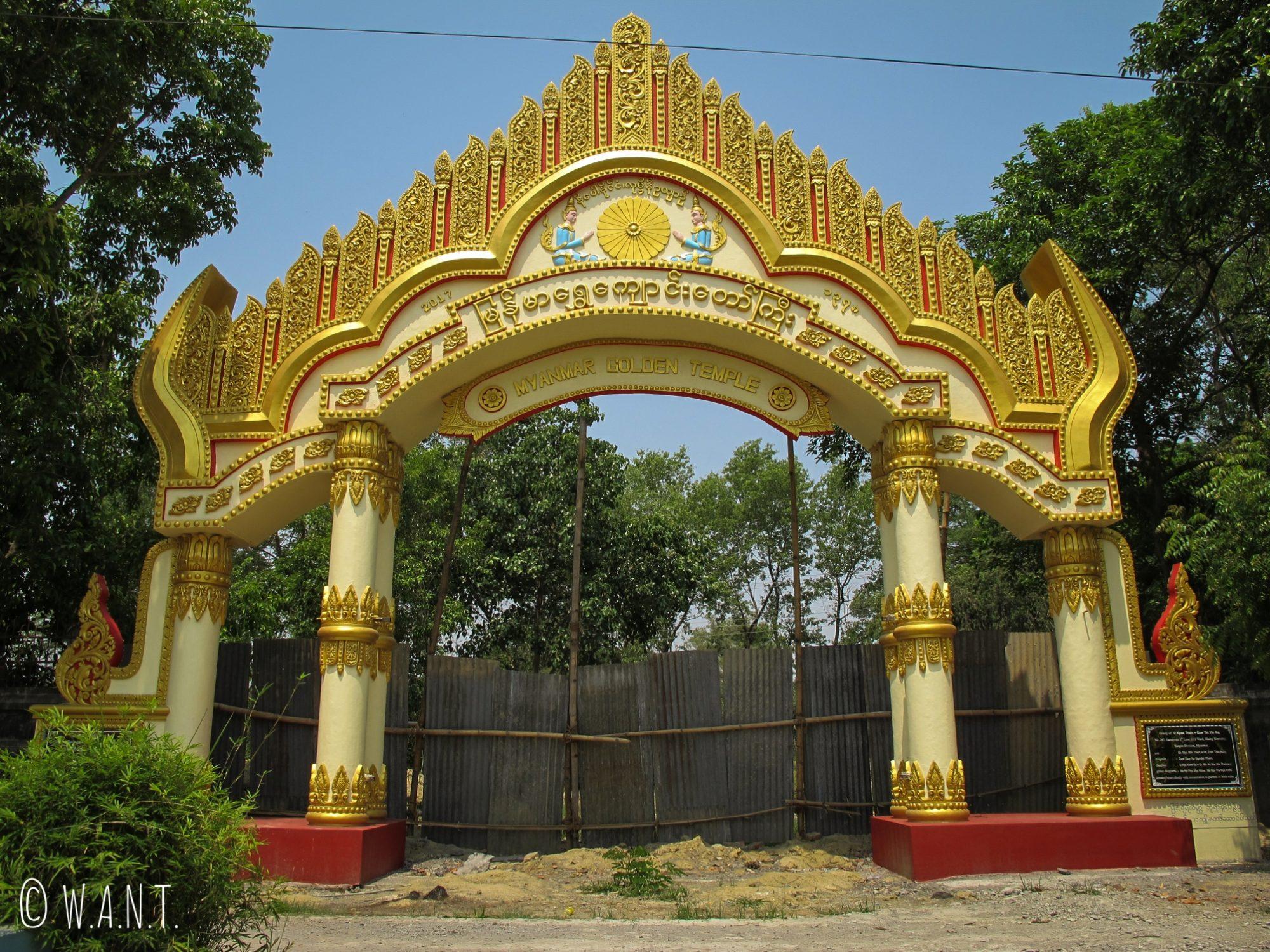 Entrée du monastère du Myanmar à Lumbini