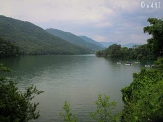 Il est possible de louer barques, pédalos et kayaks pour se promener sur le lac Fewa de Pokhara