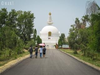 La World Peace Pagoda est située à l'opposé du temple Maya Devi à Lumbini