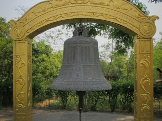 La cloche de la paix, aux abords du canal des jardins de Lumbini