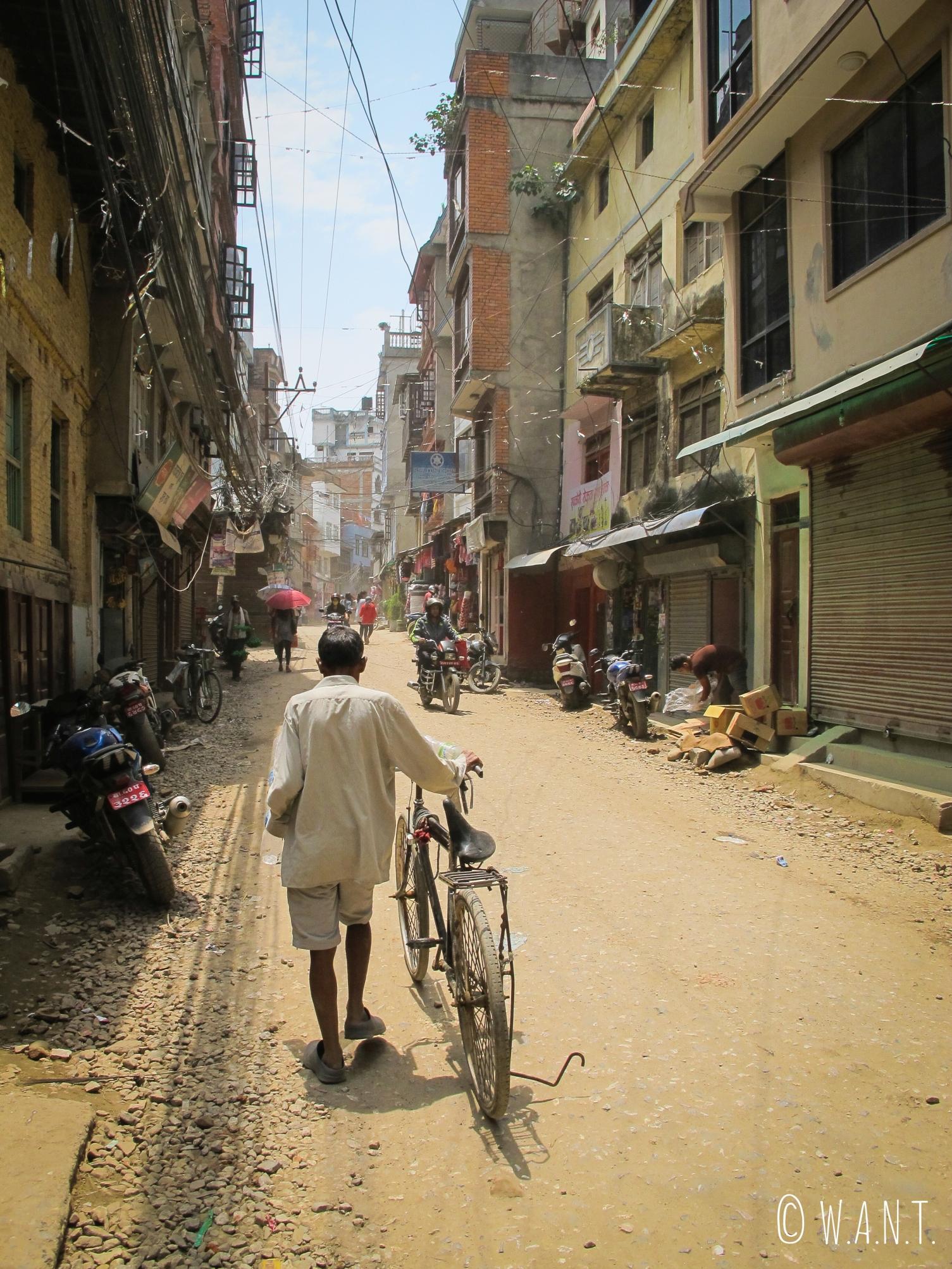 La grande majorité des rues de Katmandou sont des routes de terre battue
