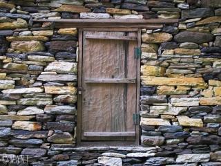 La majorité des bâtiments est composée de pierres brutes assemblées les unes aux autres