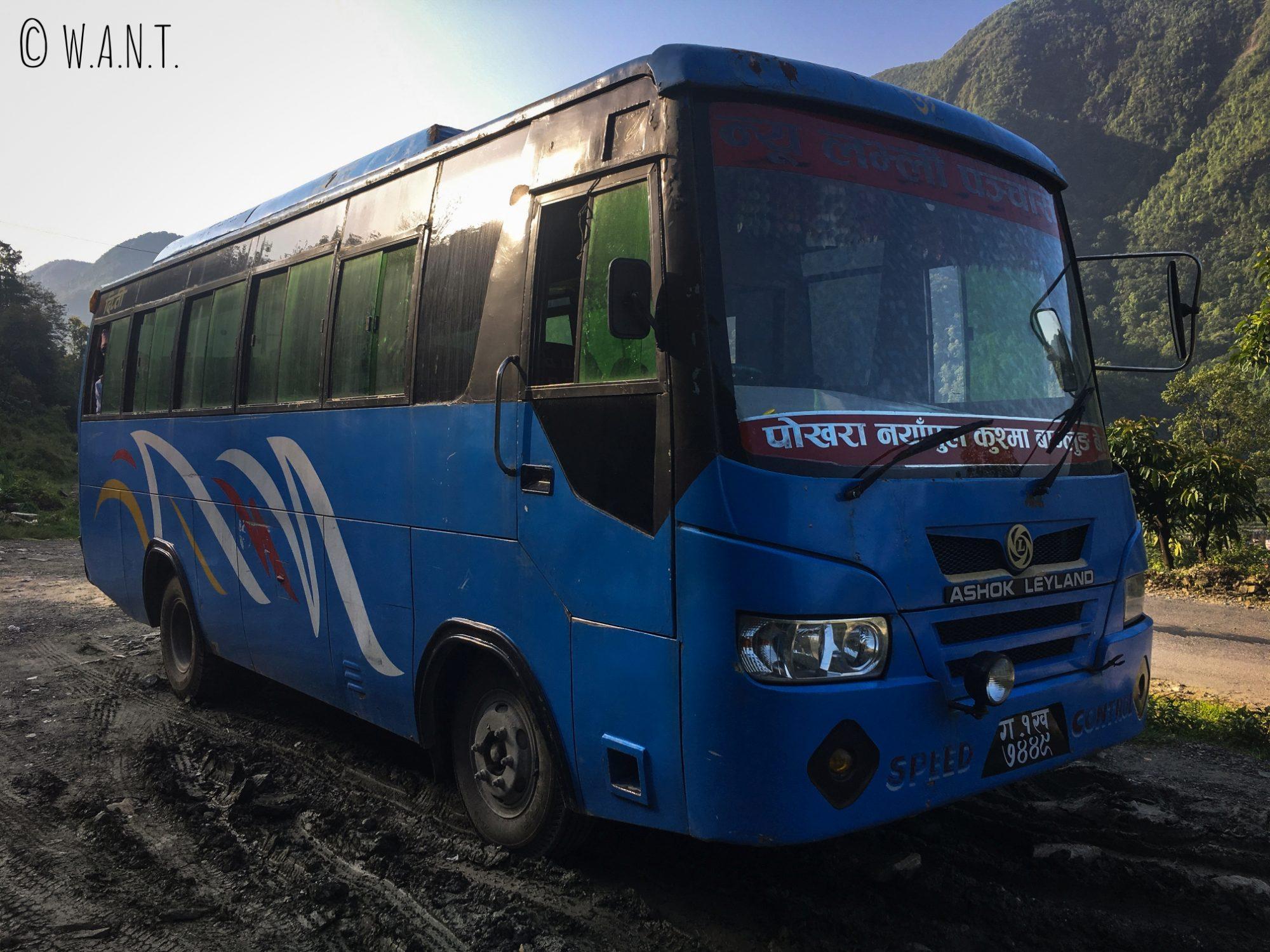Le bus faisant le chemin entre Pokhara et la première étape du trek, Nayapul