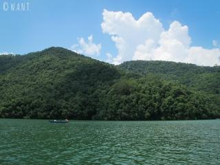 Le paysage autour du lac Fewa est magnifiquement verdoyant