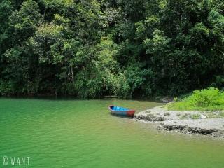 Le temps de grimper jusqu'à la World Peace Pagoda, nous laissons notre barque sur cette plage sauvage
