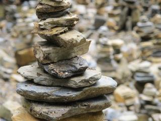 Les Cairns, ou Montjoies, sont des cailloux empilés qui marquent un endroit précis dans la montagne