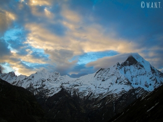 Les nuages jouent avec le sommet du Machhapuchhre