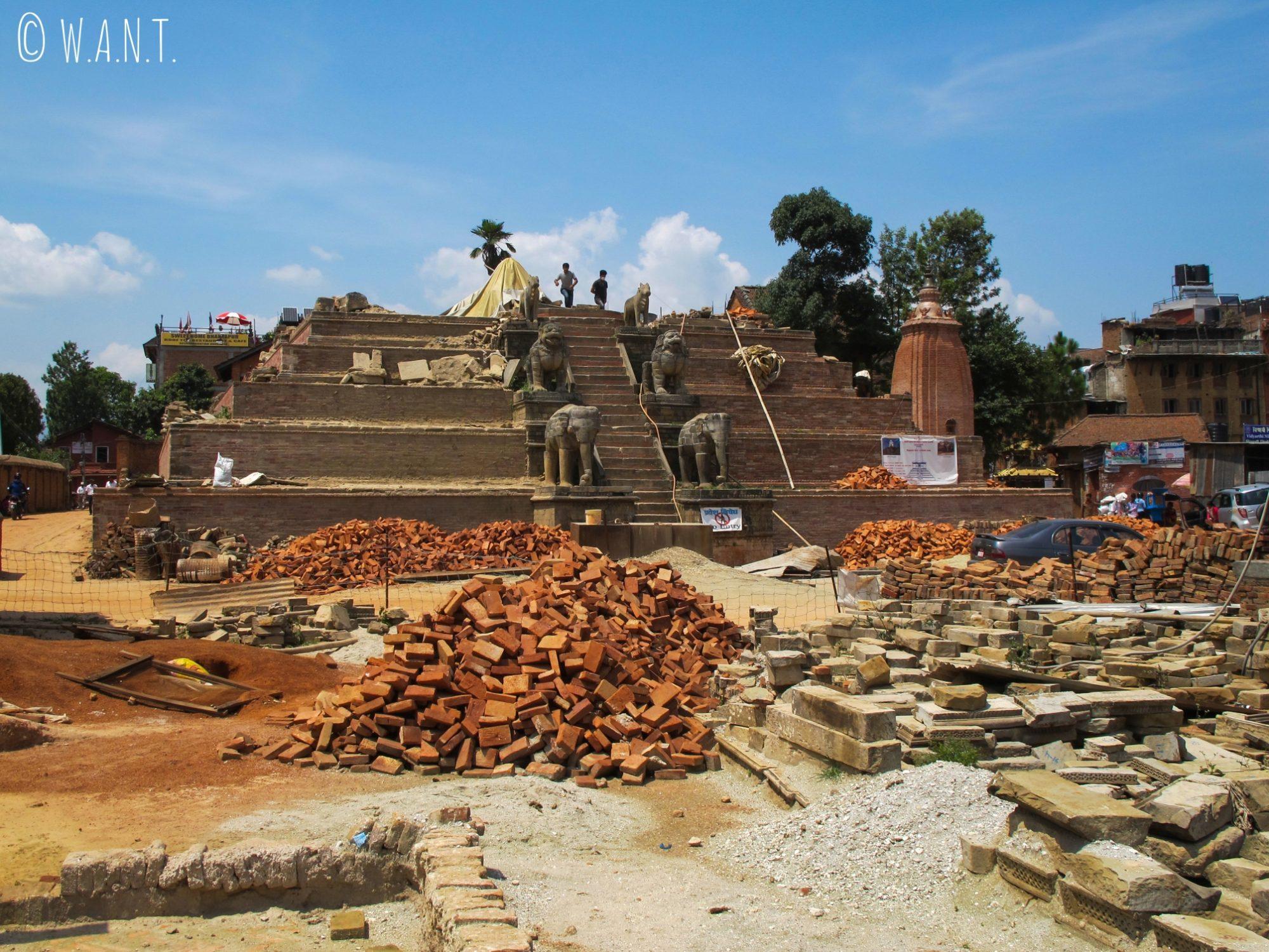 Les rénovations des temples détruits par le tremblement de terre sont en cours à Bhaktapur