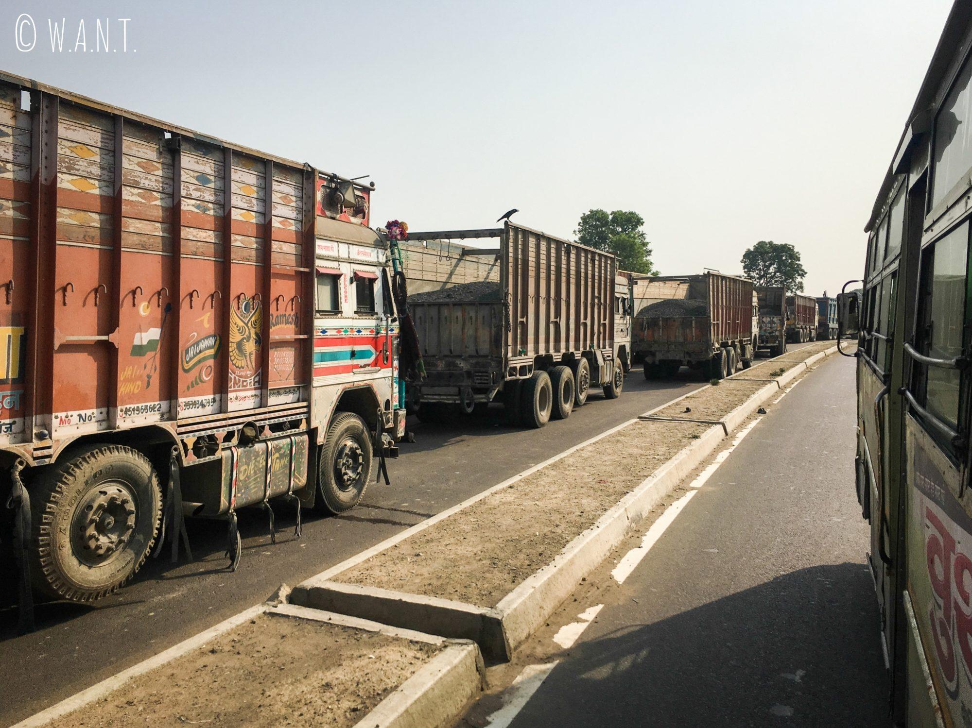 Longue file de camions attendant de passer la frontière Indo-Népalaise à Sunauli