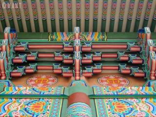 Magnifique toit du monastère de la Corée à Lumbini