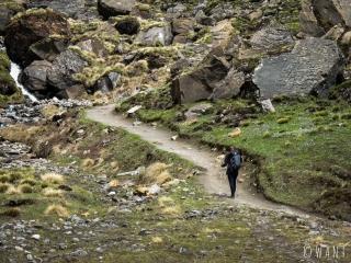 Marion sur le chemin rocailleux au paysage lunaire situé entre MBC et ABC