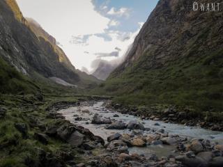 Nous longeons la rivière depuis Deurali et devinons au loin les sommets enneigés