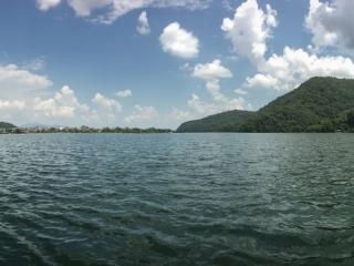 Panorama depuis notre barque sur le lac Fewa