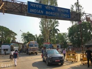 Passage de la frontière terrestre entre l'Inde et le Népal