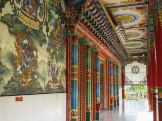 Patio autour du Lotus stupa de l'Allemagne dans les jardins de Lumbini