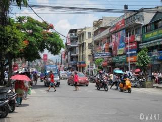 Rue animée derrière le vieux Pokhara