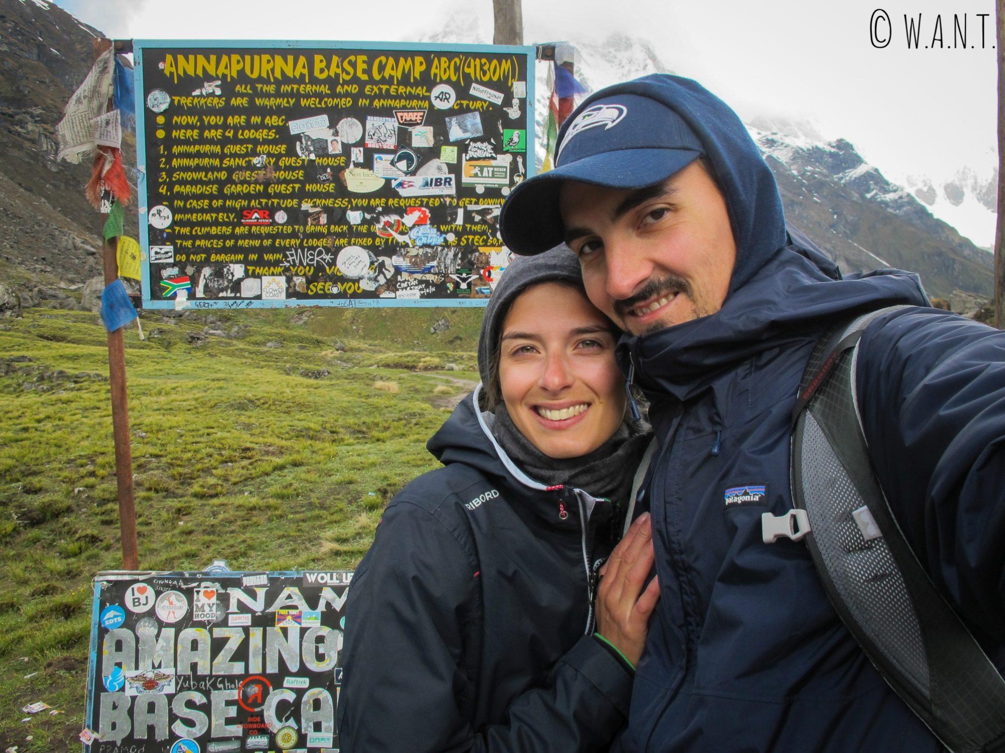 Selfie devant le panneau officialisant notre arrivée au Camp de base de l'Annapurna