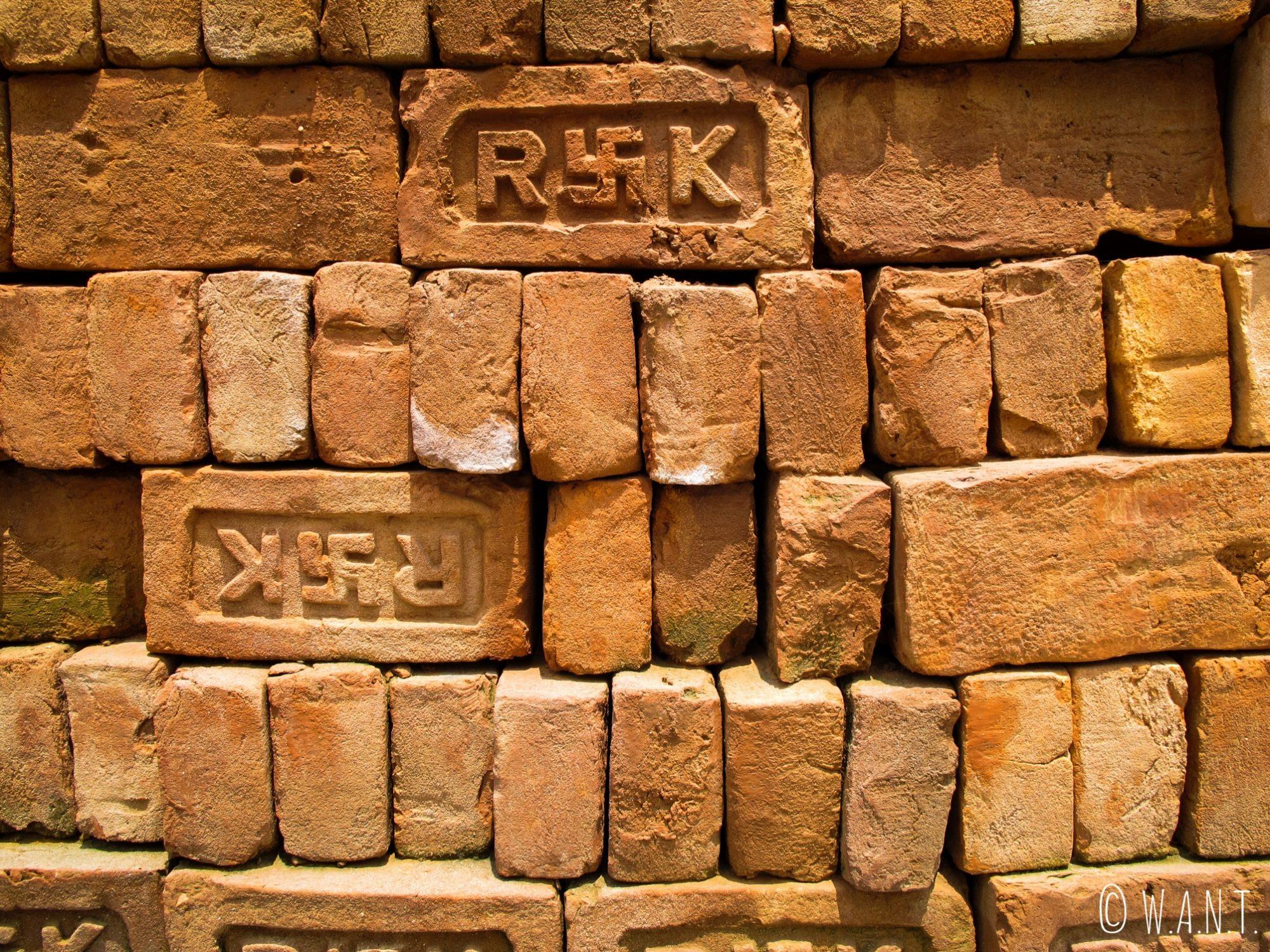 Sur les briques rouges utilisées pour la construction apparait toujours le Svastika