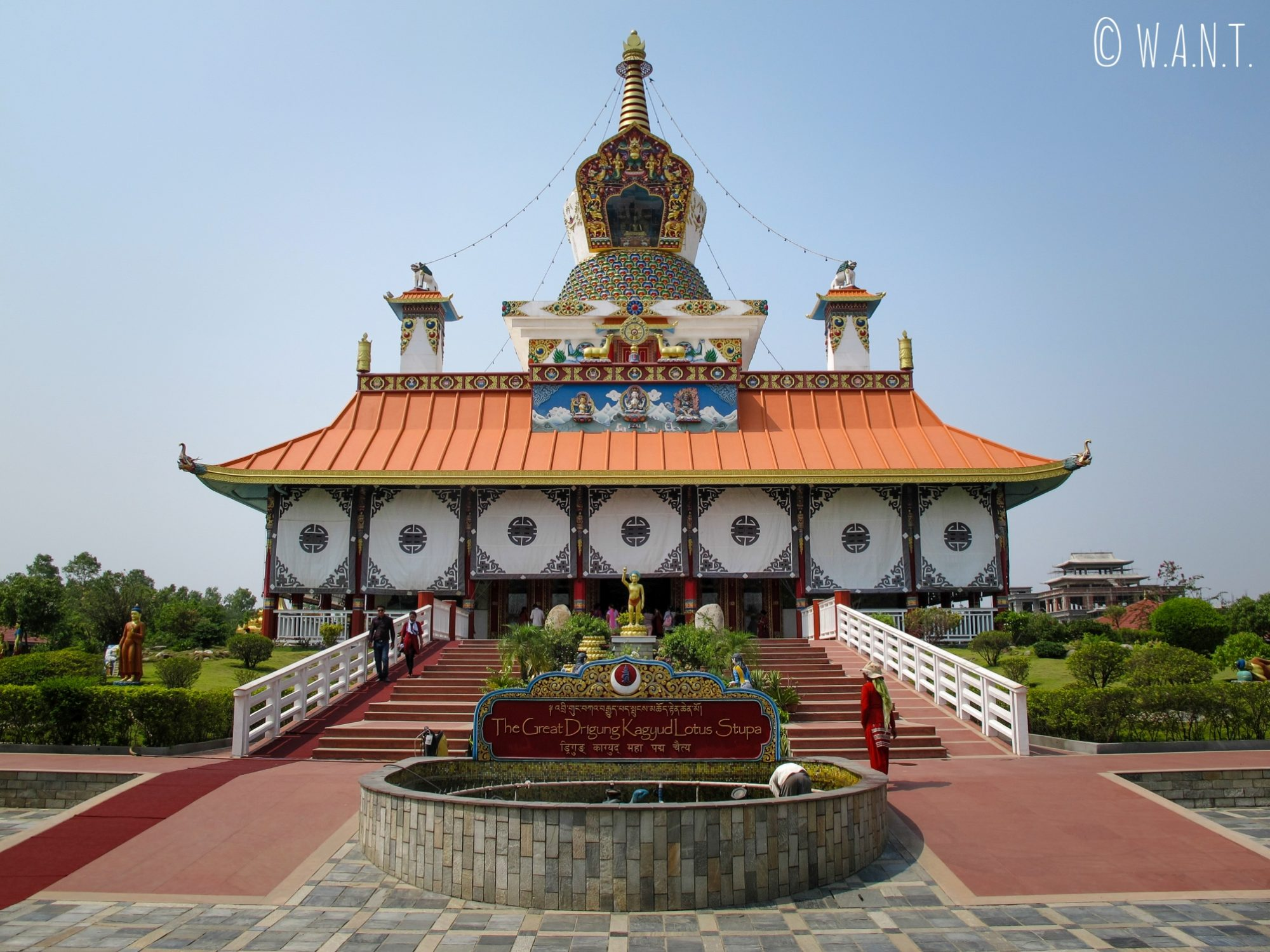 Vue depuis l'entrée du Lotus stupa construit par l'Allemagne