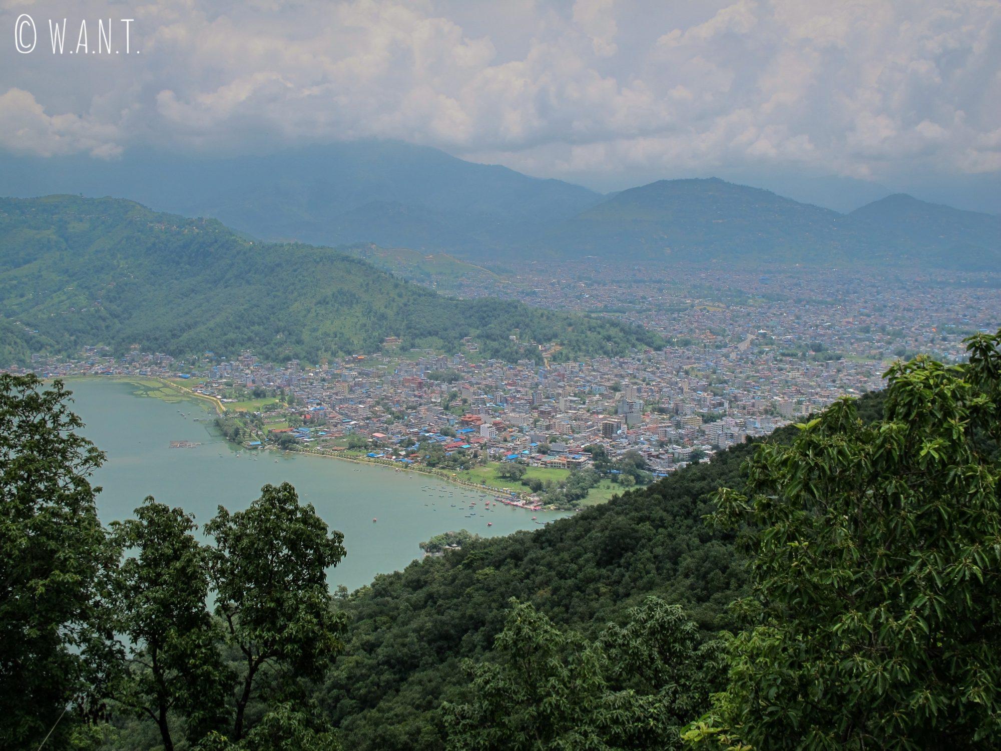 Vue sur la ville de Pokhara depuis le chemin menant à la World Peace Pagoda