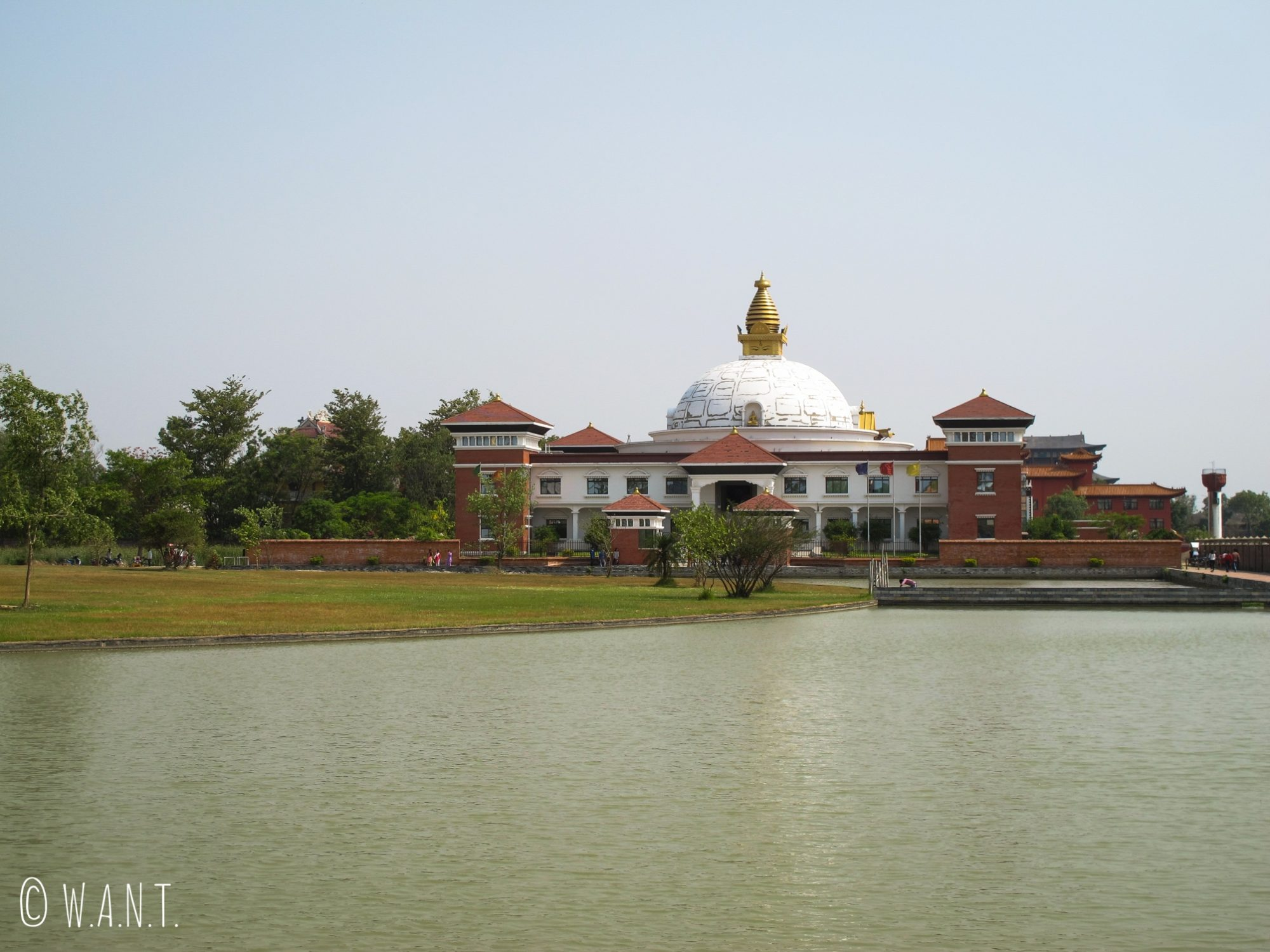 Vue sur le World Center for Peace and Unity dans les jardins de Lumbini
