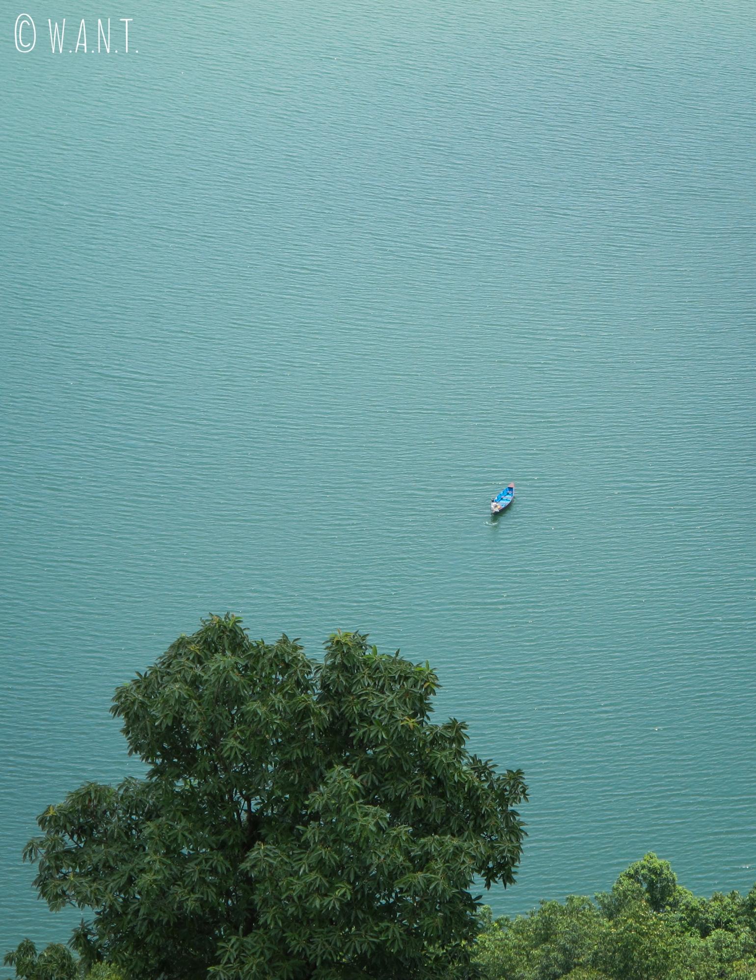 Vue sur le lac Fewa depuis le chemin menant à la World Peace Pagoda