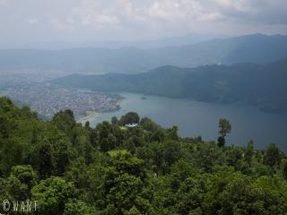 Vue sur le lac Fewa et sur Pokhara depuis la colline de Sarangkot